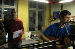 """Michael Goller und Peter Piek bei der Aufzeichnung der Lesung """"Die Pueppenspieler"""" im Studio von RadioT"""